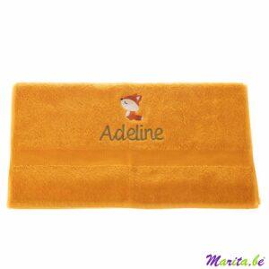handdoek oker met naam geborduurd Adeline