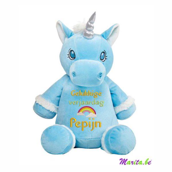 arc en ciel brodé sur le ventre de la licorne bleue, spécialement pour l'anniversaire de Pepijn